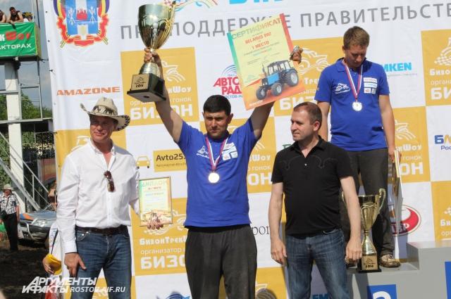 Али Ахметов с Кубком, за его спиной - Александр Гречкин, занявший 2-е место.
