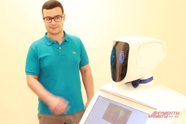 Руководитель специальных проектов МТИ Александр Денисов и робот Алантим.