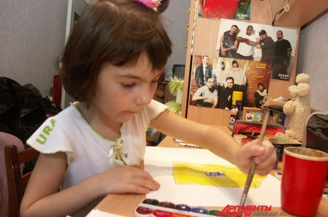 Лера с детства всё делала левой рукой.