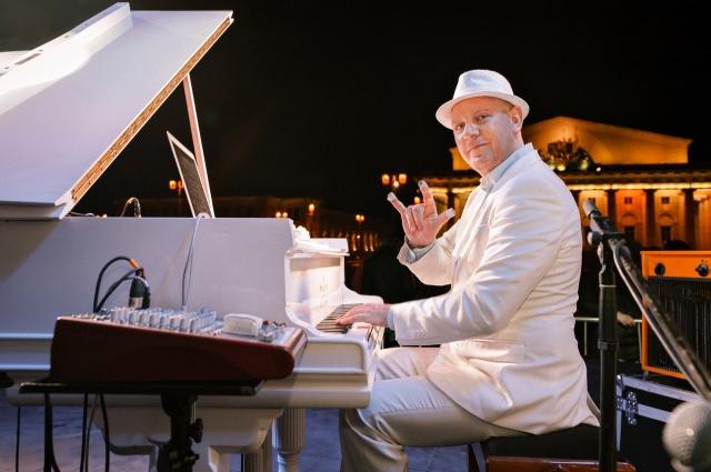 В течение дня и ночи на Васильевском звучали классические композиции и мировые хиты.