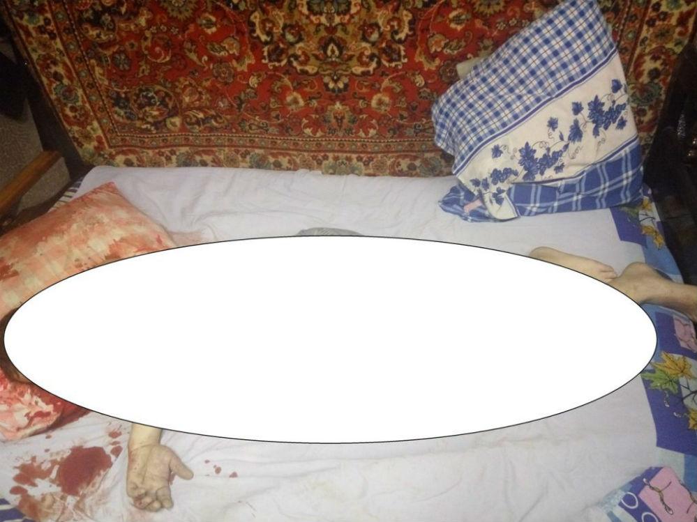 Тело убитого на кровати.
