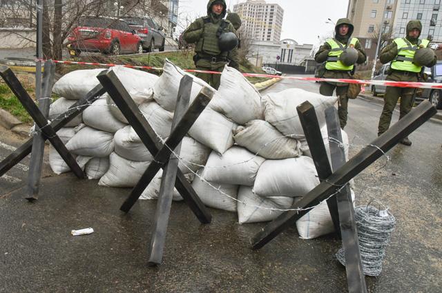 А так встретили российских избирателей в Одессе. Сотрудники МВД Украины и националисты заблокировали здание консульства РФ.