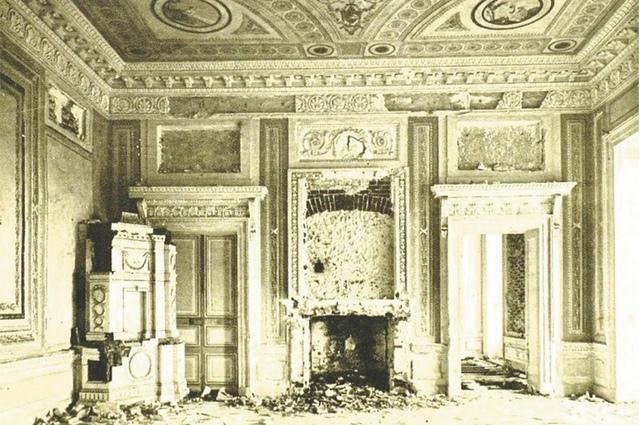 Фрагменты интерьера дворца: кабинет графа.