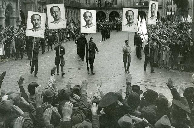 Демонстрация в Саламанке в честь взятия Хихона франкистами, 1937 г.