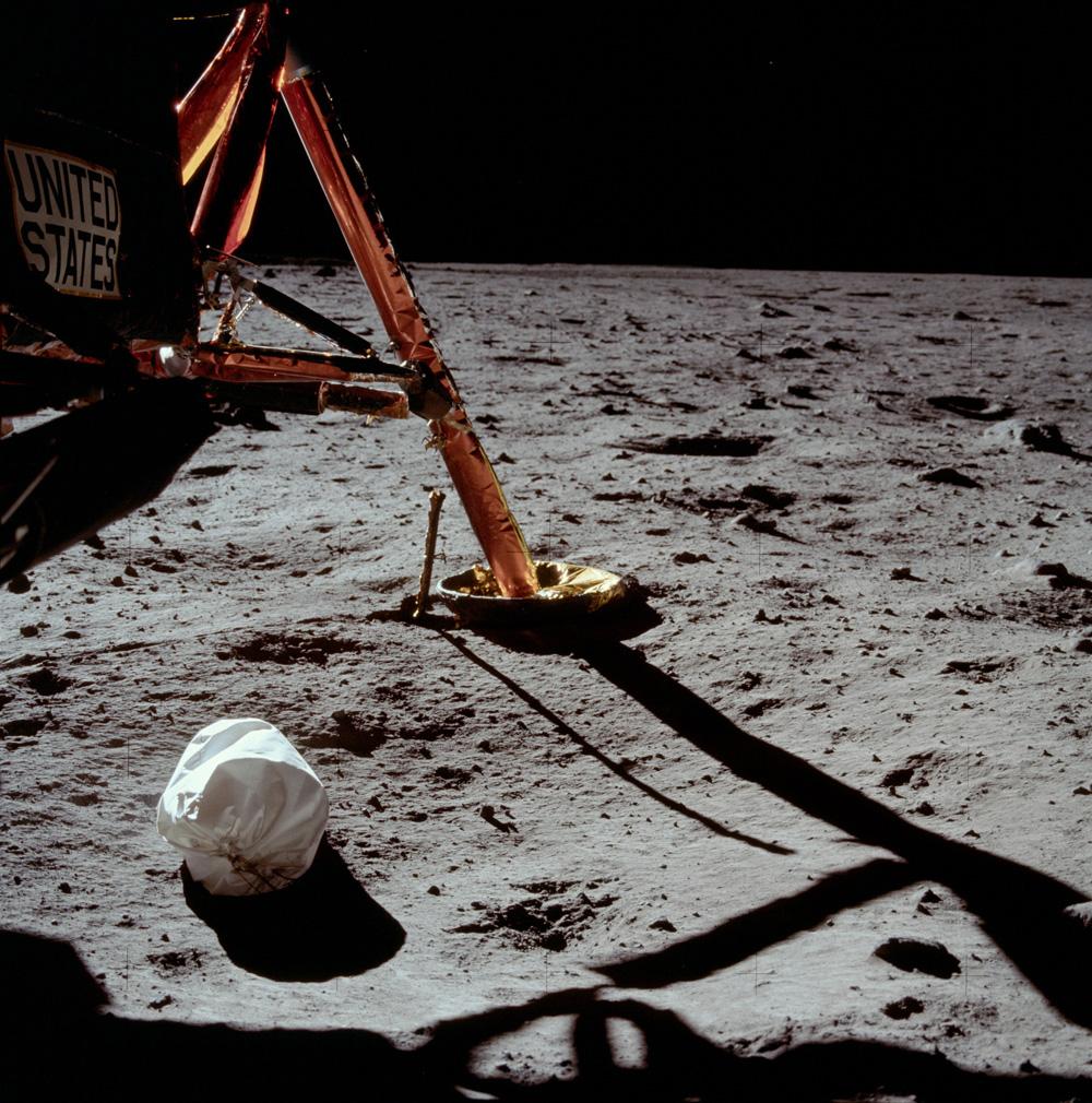 Первая фотография, сделанная Нилом Армстронгом после выхода на поверхность Луны. Белый пакет на переднем плане — мешок с мусором.