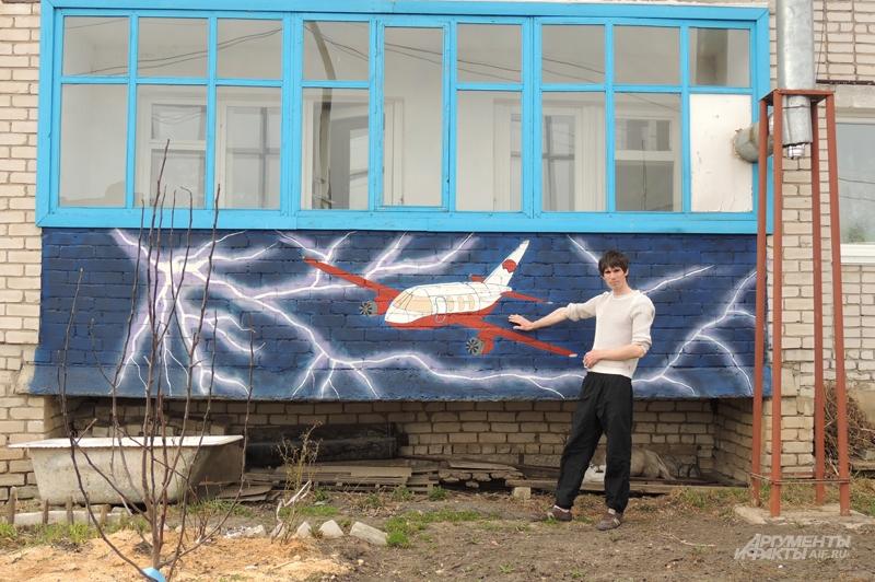 Пётр Егоров украшает родное село яркими граффити