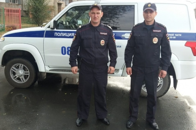 Старший лейтенант полиции Александр Коновалов и полицейский-водитель мобильного взвода старший сержант полиции Максим Тиганов.