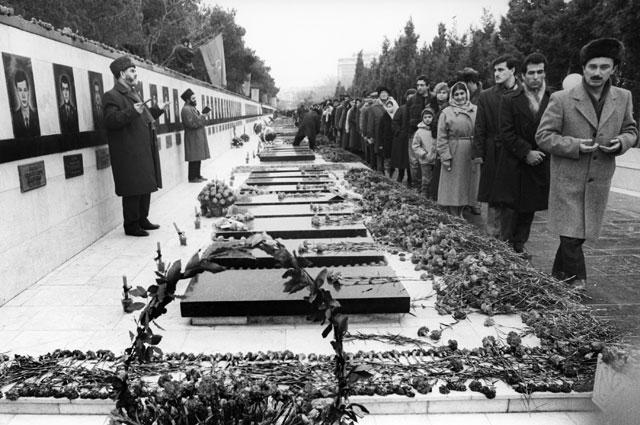 Муллы читают молитву над могилами погибших.