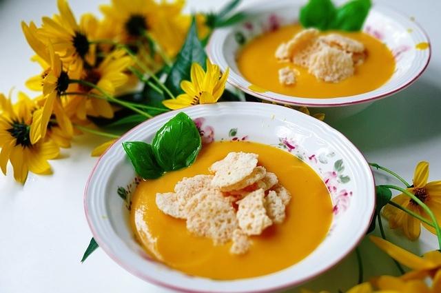 Тыквенный суп-пюре богат бета-каротином, который хорошо усвоится благодаря добавлению сливок или масла.