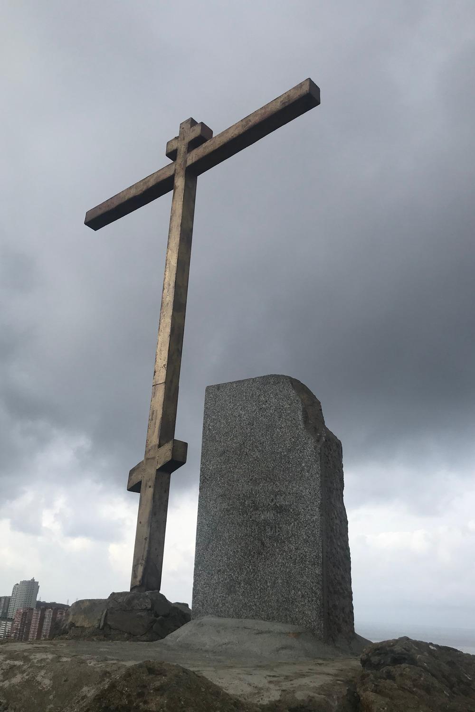 Крест защищает город.