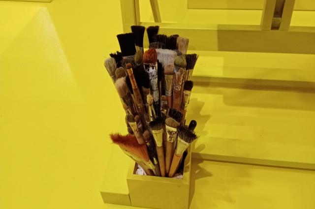 На выставке дети могут изучить кисти, холст и краски.