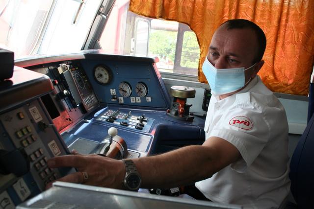 Машинист Евгений Самарин имеет многолетний опыт управления электропоездом, но в таких экстремальных условиях оказался первый раз