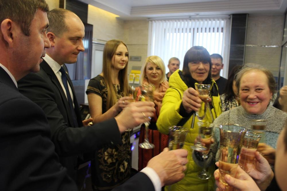 Директор департамента ТЭК и ЖКХ О. Андрианов и исполнительный директор ГК «Надежда» Е. Гавричков поздравляют новосёлов.