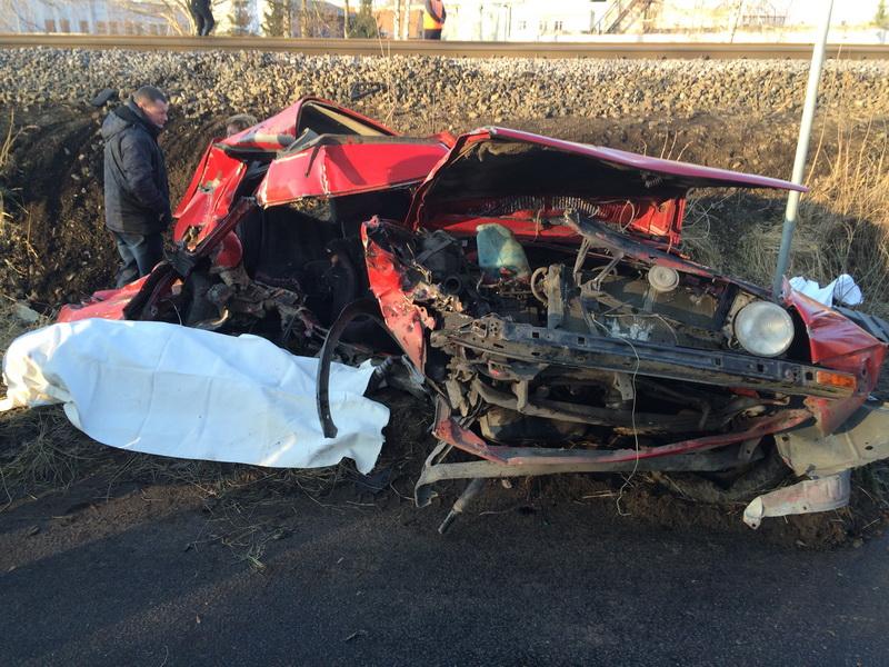 Поезд протаранил легковушку. Водитель и пассажир погибли на месте.