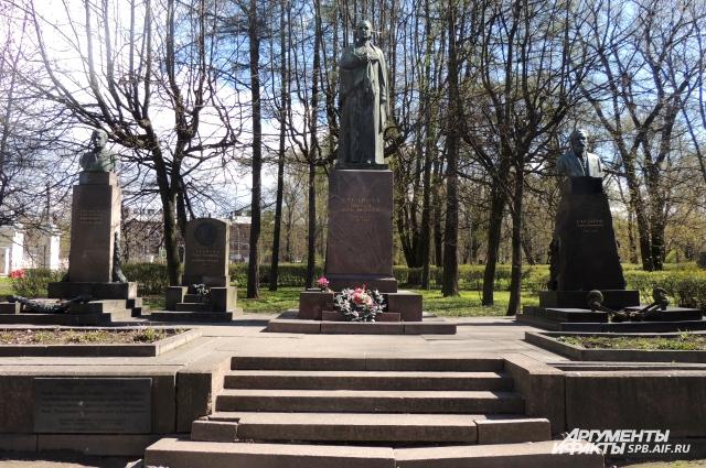 На Литераторских мостках похоронены мать и сестры Владимира Ленина