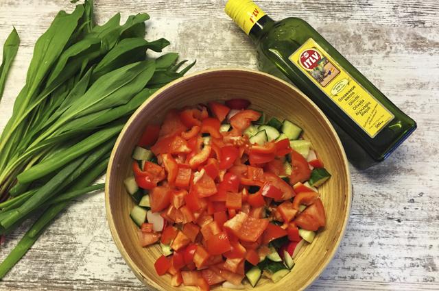 Вкусный салат из черемши с огурцом и мягким сыром