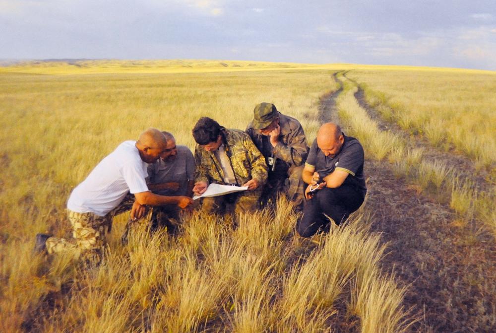 Участники экспедиции над картой.