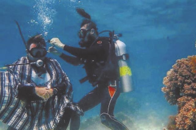 Стрижка с аквалангом на дне морском.
