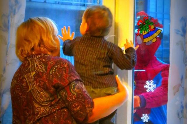 Мальчик обрадовался, увидев в окне супергероя.