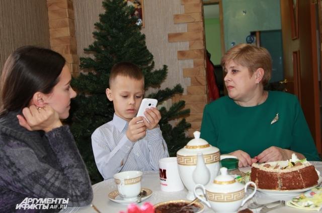 Семён показывает фотографии своих путешествий в телефоне.