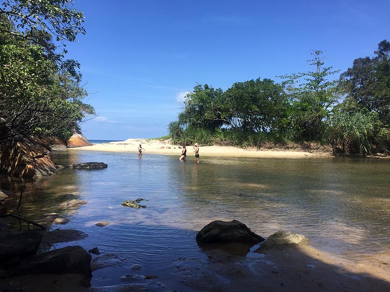 Водоём с пресной водой на соседнем пляже.