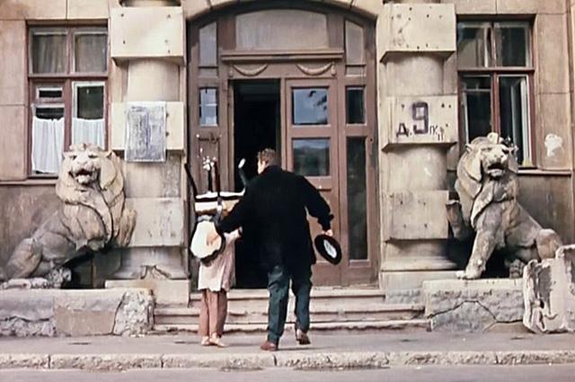 А в фильме нам показывают известное здание в районе Арбата между Большой Молчановкой и Большим Ржевским переулком (Малая Молчановка, д. 8)