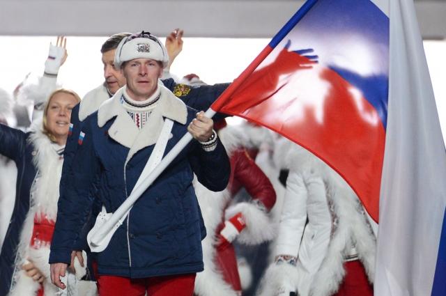 Знаменосец сборной России Александр Зубков во время парада атлетов и членов национальных делегаций на церемонии открытия XXII зимних Олимпийских игр в Сочи