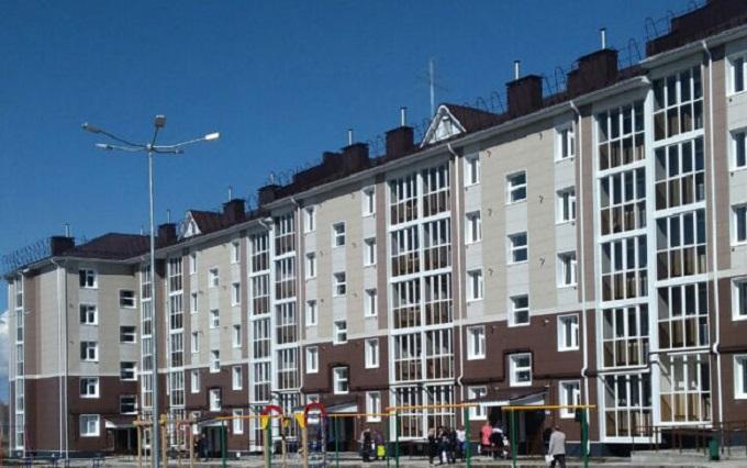Новый пятиэтажный 155-квартирный дом №28/4 по улице Полющенкова в городе Чистополе Республики Татарстан, ключи от квартир в котором получили 244 человека, проживавших в аварийном жилье.