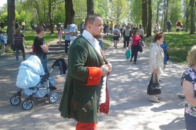Старинные костюмы на улицах старинного Олонца выглядят весьма аутентично