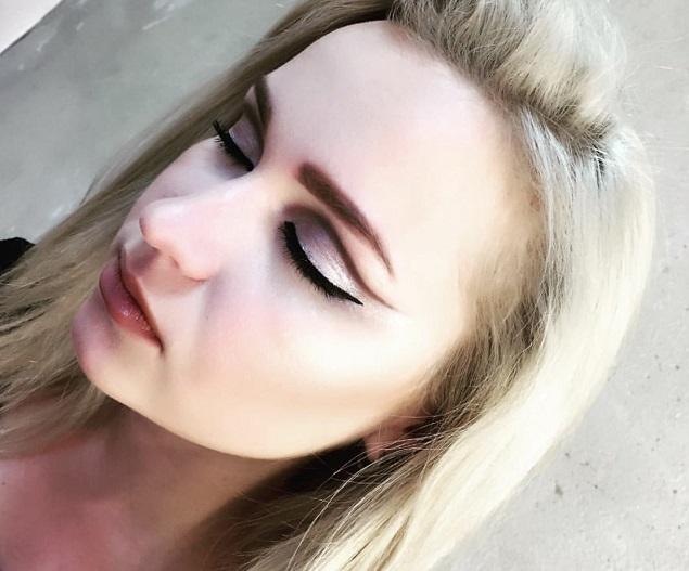 Стилисты одобряют эксперименты с макияжем.