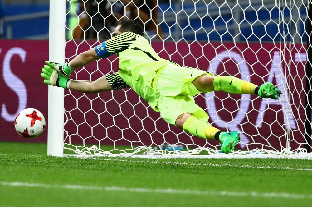 Клаудио Браво стал героем матча, отразив три пенальти.