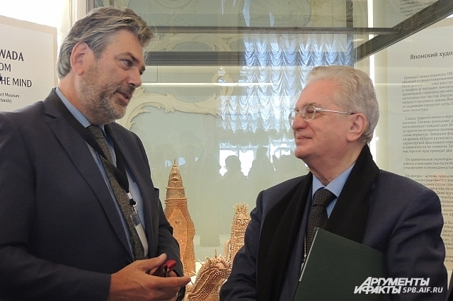 Борис Пиотровский и Ханс Лойен обсуждают работу с художниками-аутистами.