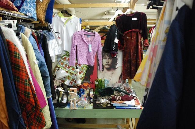 Магазин секонд-хэнд в Тампере, Финляндия, где люди могут покупать и продавать подержанные вещи.