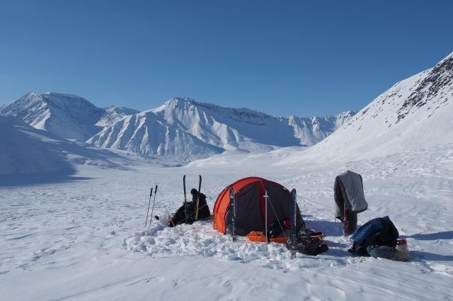 Палатка и спальные мешки на просушке.