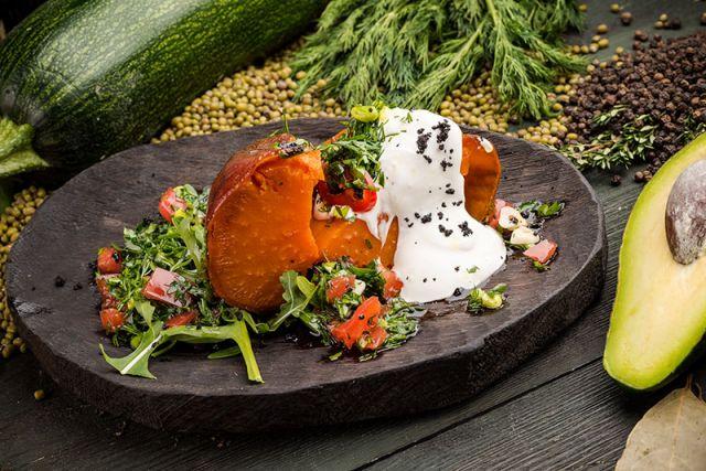 Клубни батат со сметаной и томатной сальсой