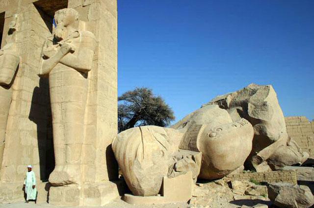 Рамессеум. Обломки статуи Рамсеса II.