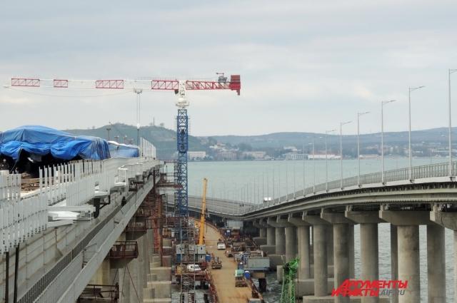 Вид на стройку с железнодорожной арки Крымского моста.
