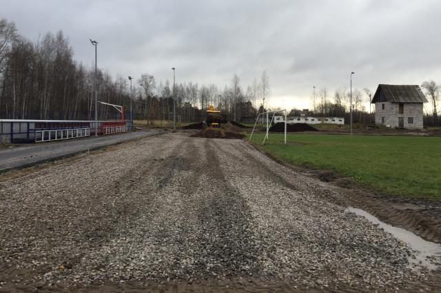 Сейчас на территории стадиона нужно частично завершить асфальтирование, установить шумопоглощающие экраны, произвести другие работы.