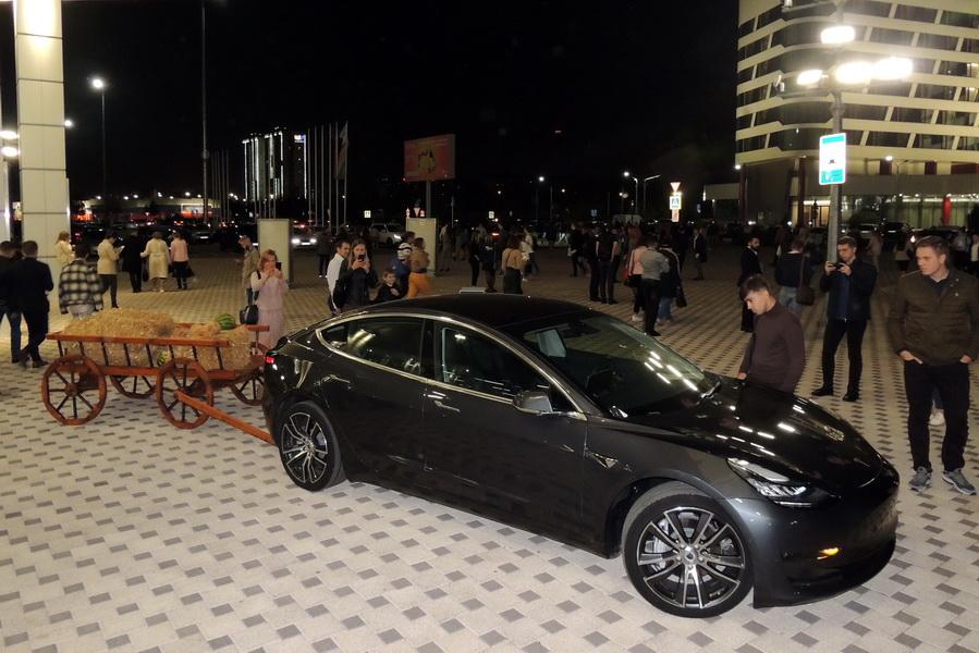 Перед входом в здание, где проводился форум, стоял автомобиль «Tesla».