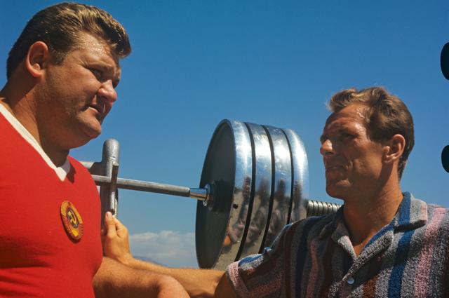 Двукратный олимпийский чемпион, штангист Леонид Жаботинский и двукратный олимпийский чемпион, хоккеист Вячеслав Старшинов. 1968 год.