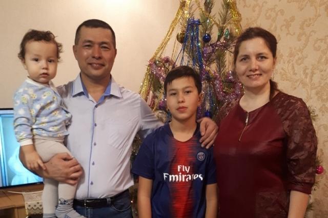 А дома ждут отца с нефтяной вахты двое детей – отрада и поддержка, надежда.