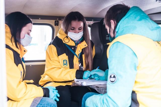 Волонтеры Кировска обсуждают планы работы на день.