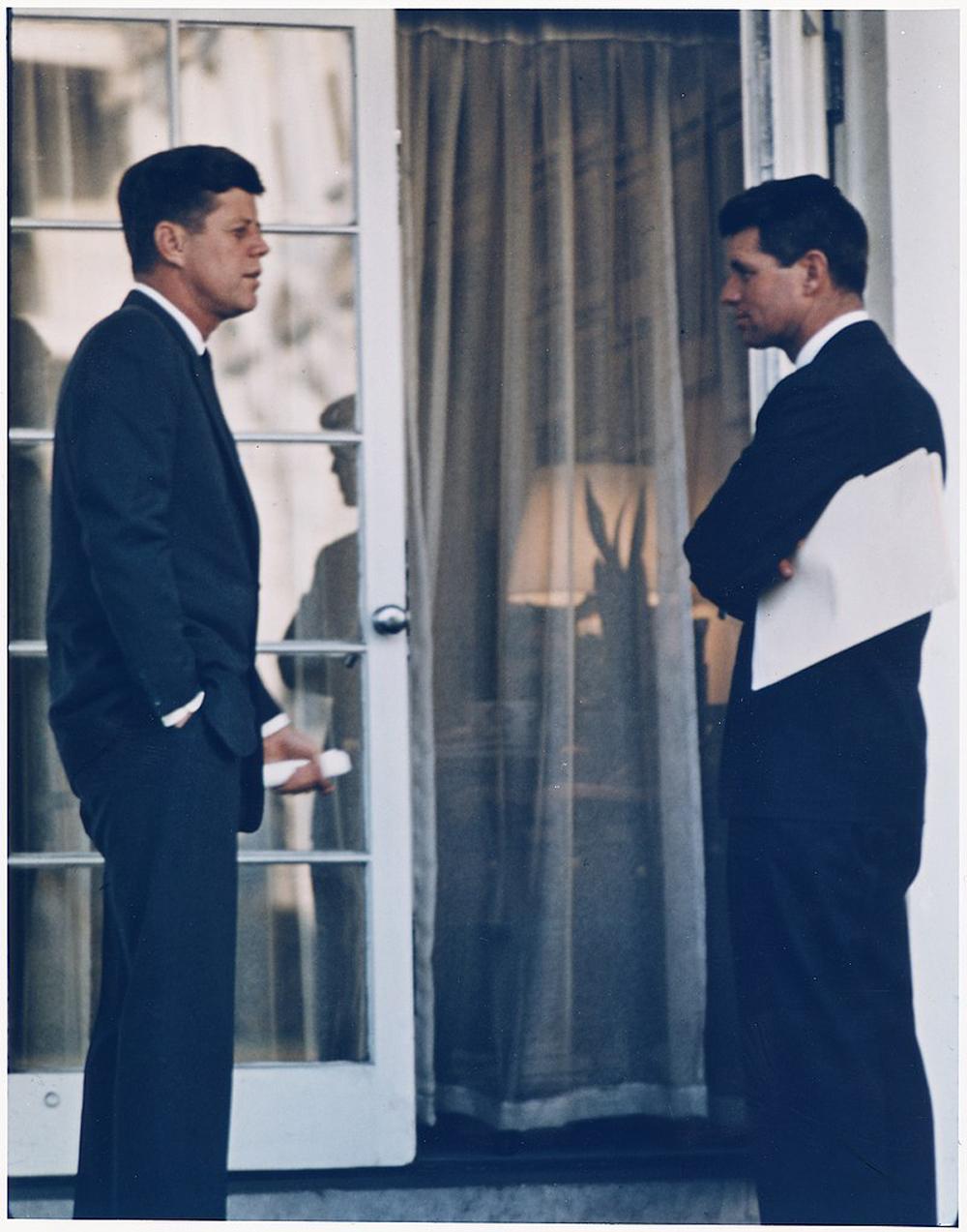 Президент Кеннеди с братом Робертом, 1963 год.