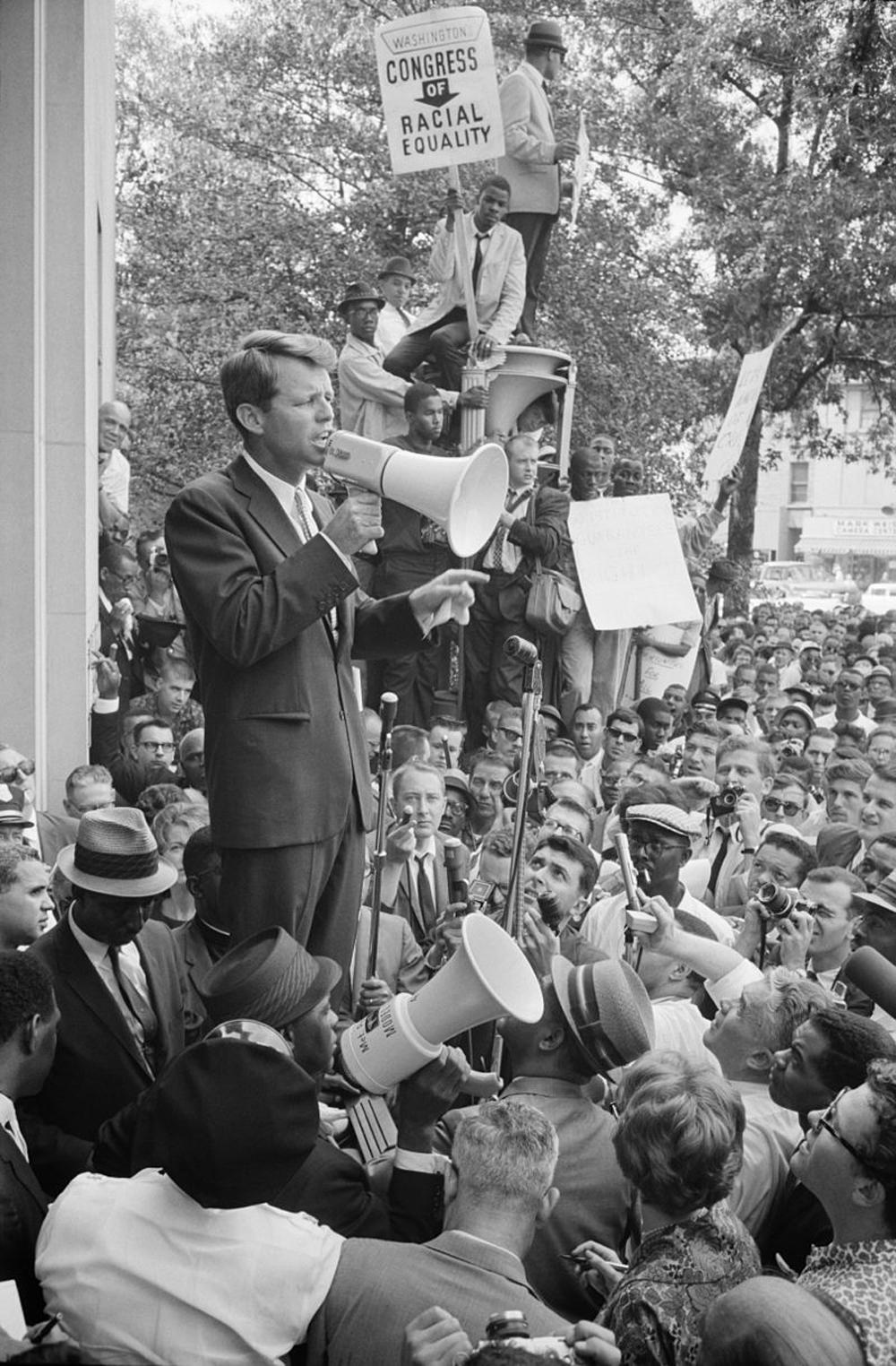Роберт Кеннеди  разговаривает с демонстрантами перед Министерством юстиции 14 июня 1963 года.