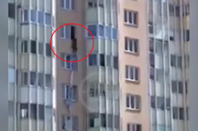 Женщина перелезла через окно, спустилась на 1,5 этажа, а после этого упала.