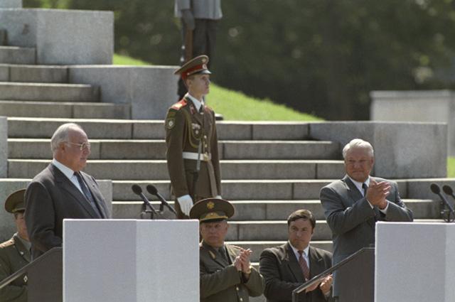 Гельмут Коль и Борис Ельцин в Трептов-парке во время торжественной церемонии вывода Западной группы войск из Германии. 30-31 августа 1994 года