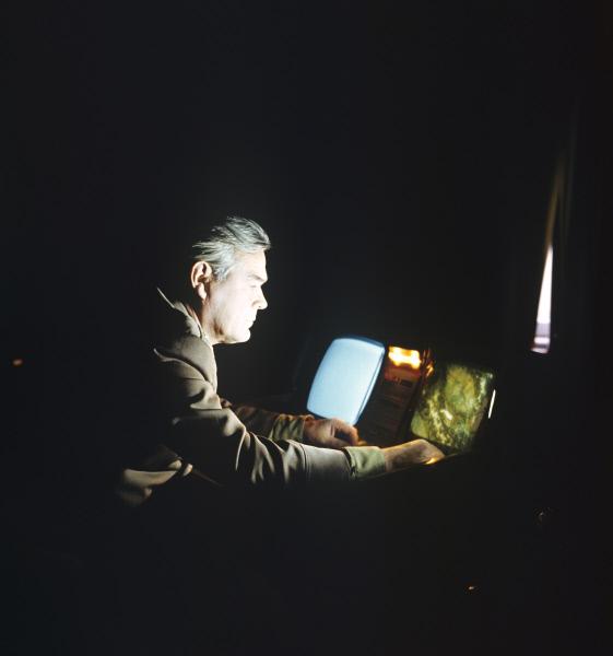 Герой Советского Союза, лётчик-космонавт СССР Василий Лазарев в классе природоведения изучает возможности многозональной съёмки. Центр подготовки советских космонавтов в Звездном городке