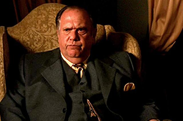Мори Чайкин в образе Ниро Вульфа. Кадр из телесериала Тайны Ниро Вульфа (2001 2002)
