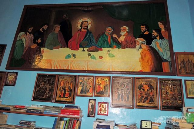 Стены маленькой церкви в колонии увешаны картинами и иконами. Их рисуют сами заключённые