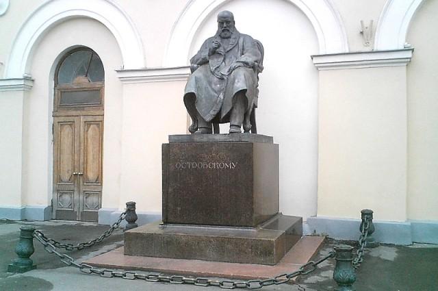 Памятник Островскому у Малого театра в Москве.